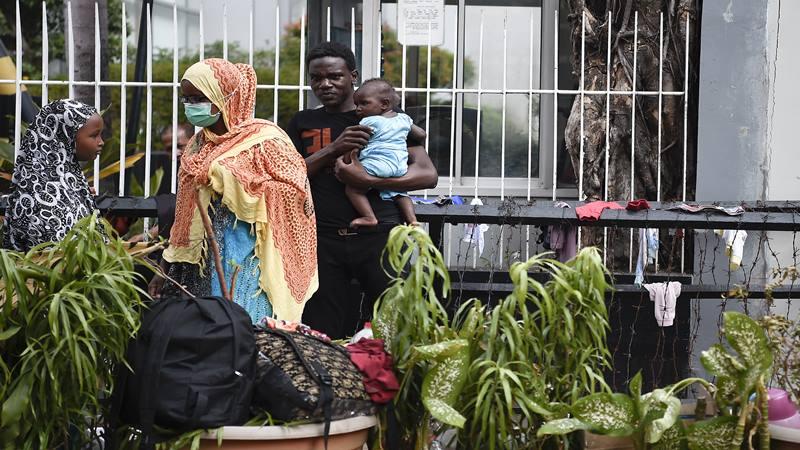 Para pencari suaka beraktivitas di trotoar depan Menara Ravindo, Jalan Kebon Sirih, Jakarta, Rabu (3/7/2019). Para pencari suaka asal Somalia, Sudan dan Afganistan tersebut menetap di trotoar karena tak lagi memiliki uang untuk menyewa tempat tinggal dan ingin meminta pertolongan kepada United Nations High Commissioner for Refugees (UNHCR).  - Antara