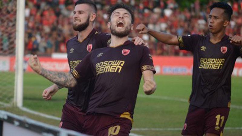 Tiga pemain andalan PSM Makassar Marc Anthony Klok (tengah), Aaron Michael Evans (kiri), dan M. Rahmat. - Antara/Sahrul Manda Tikupadang