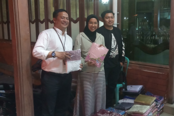 Direktur Utama PNM Arief Mulyadi berfoto dengan salah satu nasabah UlaMM, Rabu(17/7/2019). - Bisnis/M.Richard