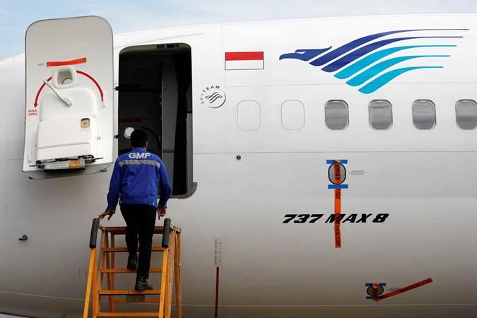 Teknisi bersiap memeriksa pesawat Boeing 737 Max 8 milik Garuda Indonesia, di Garuda Maintenance Facility AeroAsia, bandara Soekarno-Hatta, Tangerang, Banten, Rabu (13/3/2019). - Reuters/Willy Kurniawan