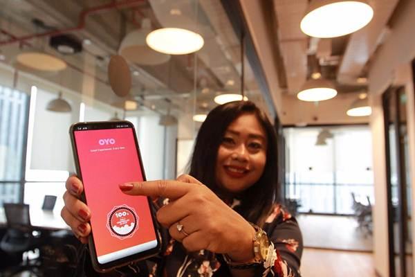 Model menunjukkan aplikasi OYO Hotels, di sela-sela peresmiannya di Jakarta, Kamis (18/10/2018). - JIBI/Dwi Prasetya