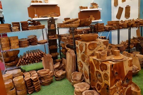 Aneka produk kerajinan dari bahan limbah akar kayu jati. - Bisnis/Ema Sukarelawanto