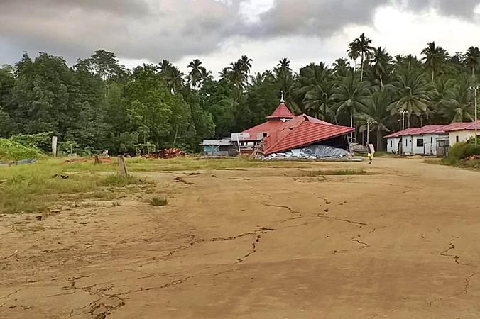 Bangunan rusak akibat gempa di Desa Gane Dalam, Kabupaten Halmahera Selatan, Maluku Utara, Senin (15/7/2019). - ANTARA/Safri