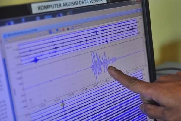 Petugas menunjukkan grafik peningkatan aktivitas kegempaan Kawah Sileri melalui monitor pemantau di Pos Pengamatan Gunung Api Dieng Karang Tengah, Batur, Banjarnegara, Jateng, Jumat (15/9). Pusat Vulkanologi dan Mitigasi Bencana Geologi menaikkan status Kawah Sileri, Dataran Tinggi Dieng, dari normal (Level I) menjadi waspada (Level II) sejak hari Kamis (14/5), pukul 23.00 WIB. - ANTARA/Anis Efizudin