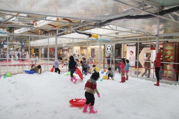 Anak-anak bermain di wahana musim dingin Snow Storm yang dihadirkan untuk merayakan Lebaran dan musim libur sekolah 2019 oleh Pondok Indah Mall (PIM), Jakarta. - Istimewa