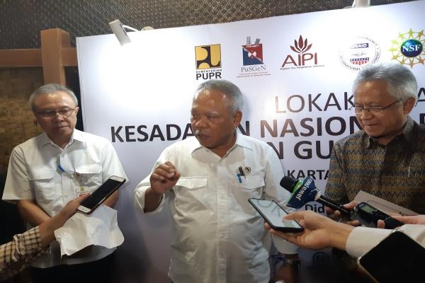 Menteri PUPR Basuki Hadimuljono (tengah) memberi penjelasan terkait dengan kesiapsiagaan menghadapi bencana di Jakarta, Kamis (18/7/2019). - Rivki Maulana