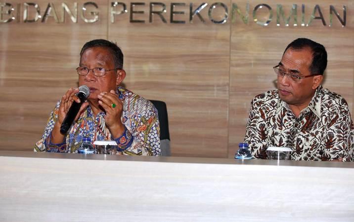 Menko Perekonomian Darmin Nasution (kiri) bersama Menteri Perhubungan Budi Karya Sumadi menyampaikan keterangan terkait penurunan harga tiket pesawat, di Jakarta, Kamis (20/6/2019). - Bisnis/Abdullah Azzam