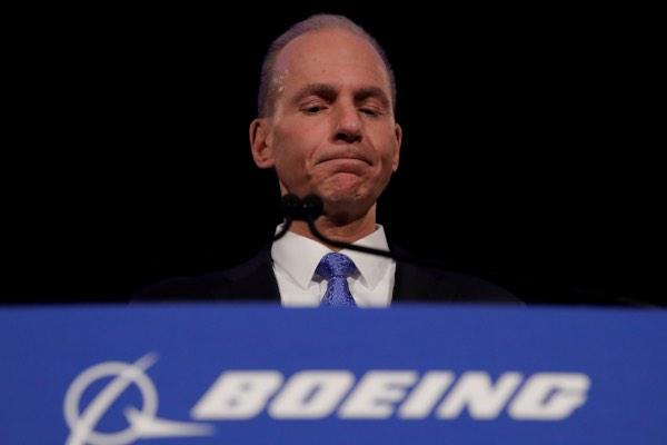 CEO Boeing Co Dennis Muilenburg diam sesaat dalam konferensi pers usai Rapat Umum Pemegang Saham Tahunan (RUPST) Boeing di Chicago, AS, Senin (29/4/2019). - Reuters/Jim Young