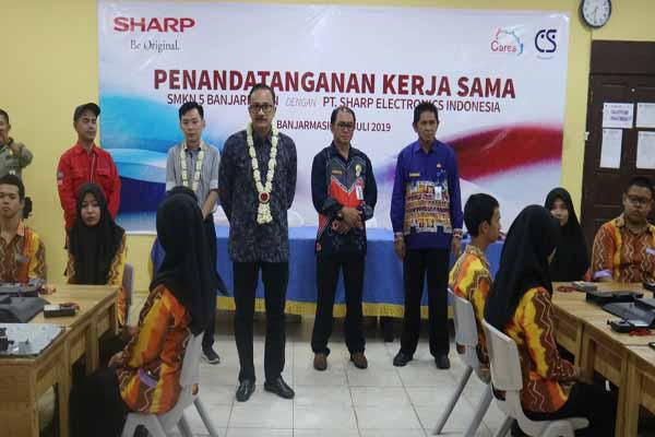 PT Sharp Electronics Indonesia saat berkunjung ke SMKN 5 Banjarmasin - Arief Rahman