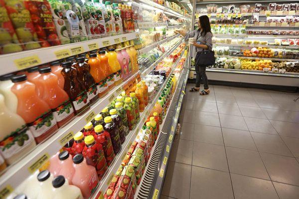 Pengunjung memilih minuman di salah satu gerai supermarket - Jibi/Nurul Hidayat