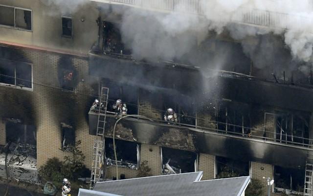 Pemadam kebakaran di gedung Animasi Kyoto - Reuters.