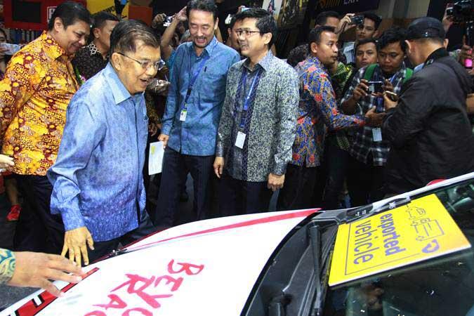 Wakil Presiden Jusuf Kalla (tengah) didampingi Menteri Perindustrian Airlangga Hartarto (kiri) melihat produk terbaru mobil Toyota usai membuka GAIKINDO Indonesia International Auto Show (GIIAS) ke- 27 tahun 2019 di ICE BSD, Tangerang, Banten, Kamis (18/9/2019). - ANTARA/Muhammad Iqbal