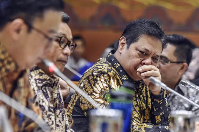 Menteri Perindustrian Airlangga Hartarto (kedua kanan) mengikuti Rapat Kerja bersama Komisi VI DPR di Kompleks Parlemen, Senayan, Jakarta, Rabu (17/7/2019). - ANTARA/Muhammad Adimaja