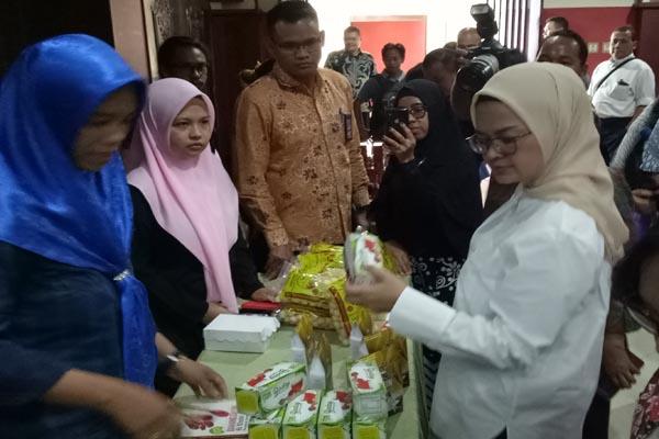 Kepala BPOM RI Fenny K. Lukito melihat produk UMKM pangan pelaku usaha di Kaltara, Kamis (18/7 - 2019)