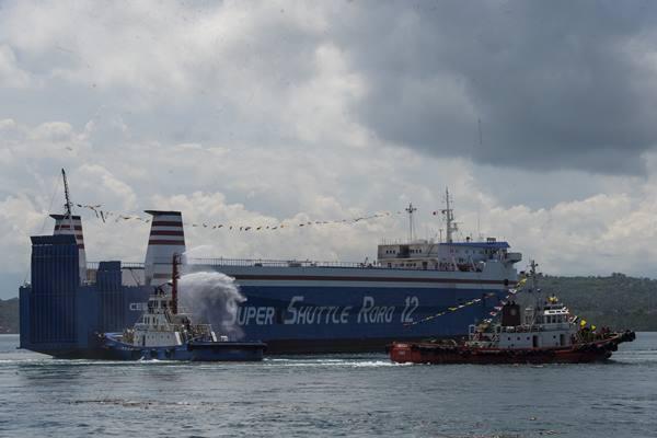Kapal Super Shuttle Roro 12 berlayar dalam peluncuran pelayaran perdana rute laut Roll-on Roll-off (Ro-Ro) Davao/General Santos-Bitung, Pelabuhan Kudos Davao, Filipina, Minggu (30/4). Perjalanan laut rute Bitung-Davao hanya membutuhkan 1-2 hari sehingga diharapkan dapat meningkatkan kerja sama perdagangan Indonesia dan Filipina. ANTARA FOTO - Rosa Panggabean