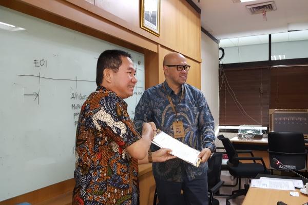 Kepala BPJT Danang Parikesit (kanan) menyerahkan surat pemenang lelang jalan tol SemarangDemak kepada Direktur Perencanaan & Pengembangan PT PP M. Aprindy yang mewakili konsorsium. - Krizia P. Kinanti