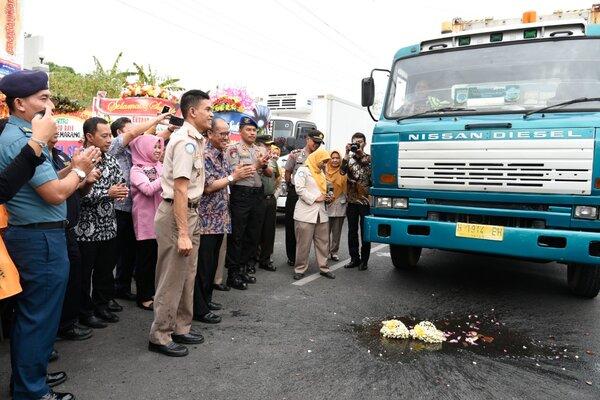 Kepala BKIPM Semarang, Raden, Gatot Perdana saat melepas ekspor raya di Semarang. - Bisnis/Alif Nazzala R.