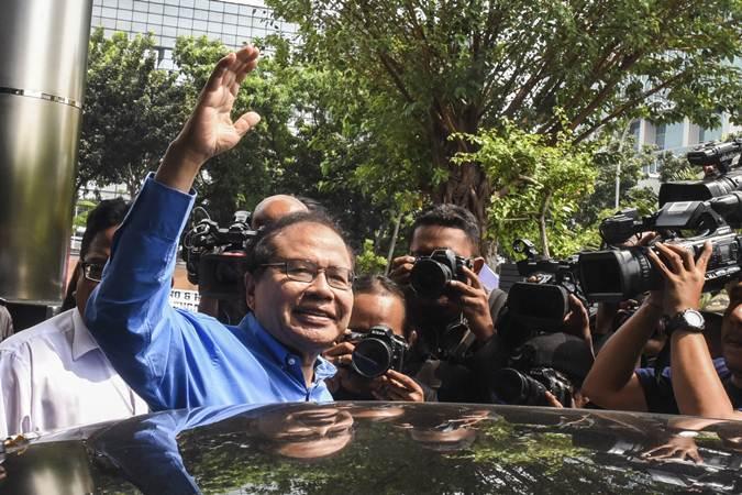 Mantan Menko Kemaritiman Rizal Ramli melambaikan tangan kearah wartawan usai memenuhi panggilan KPK sebagai saksi terkait kasus BLBI di gedung KPK, Jakarta, Jumat (19/7/2019). - ANTARA/Muhammad Adimaja