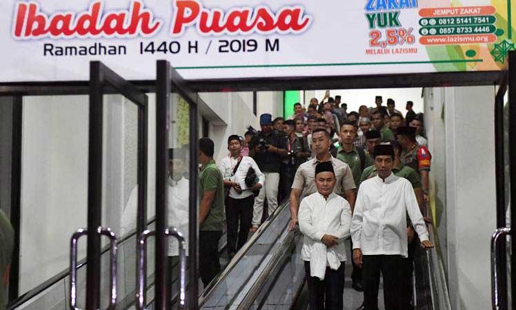 Presiden Joko Widodo (kanan) bersama Gubernur Kalteng Sugianto Sabran (kiri) berjalan keluar usai menunaikan salat tarawih di Masjid Darul Arqam, Palangka Raya, Kalimantan Tengah, Selasa (7/5/2019). - ANTARA/Akbar Nugroho Gumay