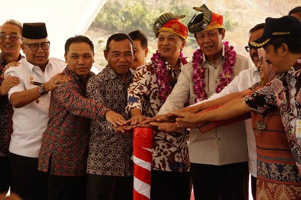 Direktur Jenderal Sumber Daya Air Hari Suprayogi (pakai tanjak kiri) dan Plt Gubernur Kepri Isdianto (pakai tanjak kanan) membuka secara resmi proses pengairan Bendungan Sungai Gong, Kecamatan Galang, Batam, Kepri pada Jumat (19/7 - 2019).