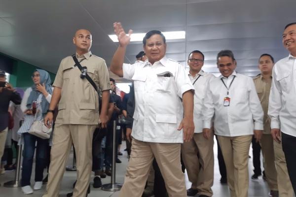Ketua Umum Partai Gerindra Prabowo Subianto menyapa para wartawan ketika tiba di Stasiun MRT Lebak Bulus, Jakarta, Sabtu (13/7/2019). - Bisnis/Yodie Hardiyan