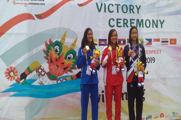 Adelia (tengah) atlet asal Cimahi seusai mendapatkan medali emas cabang olahraga renang di ASEAN School Games di Semarang. - Bisnis/Alif Nazzala R.