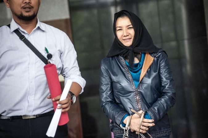 Terpidana kasus suap pemberian izin lokasi perkebunan di Kutai Kartanegara, Rita Widyasari (kanan) berjalan keluar seusai menjalani pemeriksaan di Gedung KPK, Jakarta, Rabu (3/7/2019). - ANTARA/Aprillio Akbar