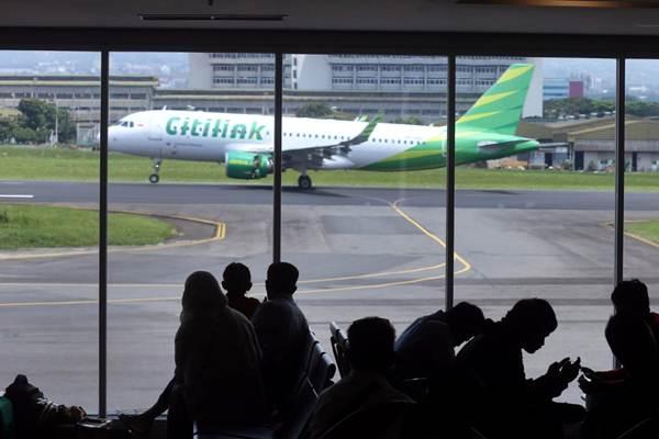 Penumpang menunggu jadwal penerbangan di Bandara Internasional Husein Sastranegara Bandung, Jawa Barat, Kamis (27/12/2018). - Bisnis/Rachman
