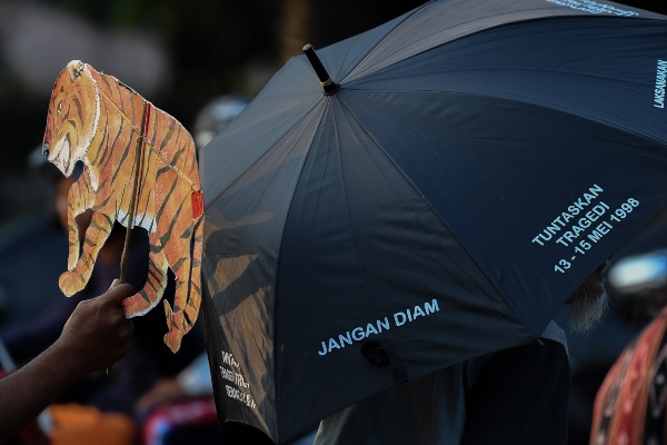 Anggota Jaringan Solidaritas Korban untuk Keadilan mengikuti aksi Kamisan ke-591 di depan Istana Merdeka, Jakarta, Kamis (4/7/2019). Aksi kamisan yang juga untuk memperingati HUT ke-73 Bhayangkara tersebut mendesak Polri segera menyelesaikan berbagai kasus seperti kasus Novel Baswedan serta mendorong Polri menjalankan tugasnya dalam melindungi, mengayomi, dan melayani masyarakat. - ANTARA FOTO/Wahyu Putro A