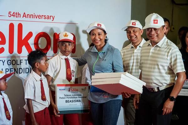 Menteri BUMN Rini Soemarno saat menyerahkan beasiswa kepada perwakilan siswa - Istimewa