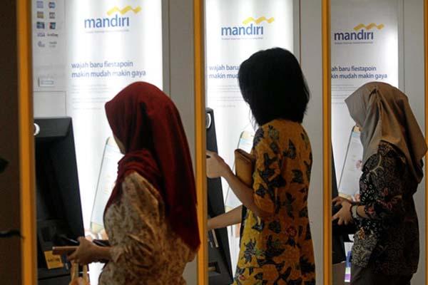 Deretan mesin ATM Bank Mandiri. - Reuters/Iqro Rinaldi