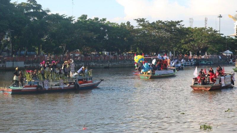 Badan Musyawarah Perbankan Daerah (BMPD) Kalimantan Selatan (Kalsel) saat melakukan pawai dengan puluhan kelotok di Sungai Martapura, Banjarmasin, Sabtu (20/7/2019). - Bisnis/Arief Rahman