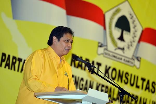 Ketua Umum Partai Golkar Airlangga Hartarto memberikan pengarahan pada Rapat Konsultasi Partai Golkar di Jakarta, Senin (19/2). - ANTARA/Wahyu Putro A