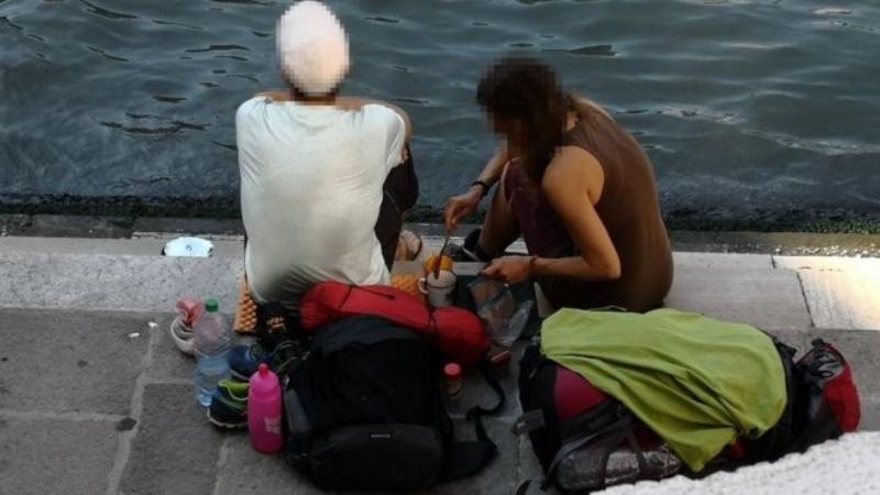 Dua turis asal Jerman ini didenda dan diminta keluar dari Venesia oleh pemerintah setempat setelah membuat kopi di pinggir Jembatan Rialto, Venesia, Italia. - Comune Venezia via BBC