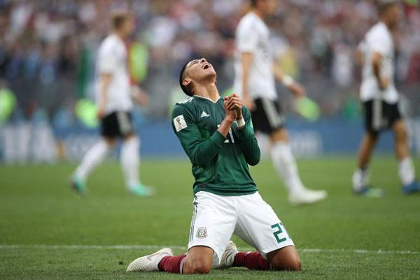 Pemain belakang Timnas Meksiko Edson Alvarez setelah timnya mengalahkan Jerman di Piala Dunia 2018. - Reuters/Carl Recine