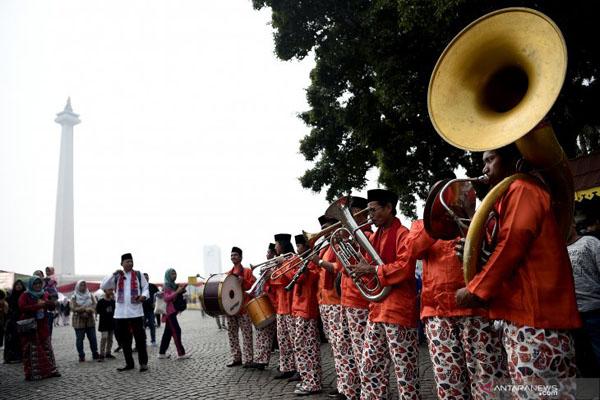 Kelompok musik tanjidor mentas saat Lebaran Betawi 2019 di lapangan silang Monumen Nasional (Monas), Jakarta, Sabtu (20/7/2019). - Antara/M. Risyal Hidayat