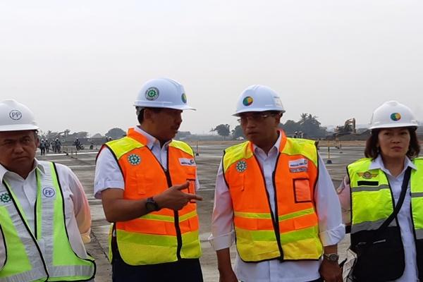 Menteri Perhubungan Budi Karya (kedua kanan) berbincang dengan Dirut PT Angkasa Pura II Muhammad Awaluddin saat meninjau pembangunan runway ketiga di Bandara Soekarno-Hatta, Senin (15/4/2019). - Bisnis/Rio Sandy Pradhana