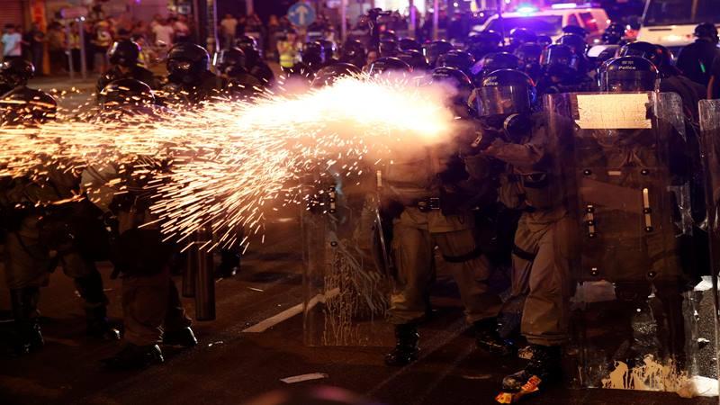 Polisi antihuruhara bentrok dengan demonstran antiekstradisi setelah pawai menyerukan reformasi demokratis di Hong Kong, China 21 Juli 2019. - Reuters