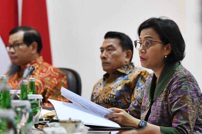 Menteri Keuangan Sri Mulyani (kanan), Seskab Pramono Anung (kiri) dan Kepala Staf Presiden Moeldoko (tengah) mengikuti rapat terbatas persiapan KTT Asean dan KTT G20 di Kantor Presiden, Jakarta, Rabu (19/6/2019). - ANTARA/Wahyu Putro A