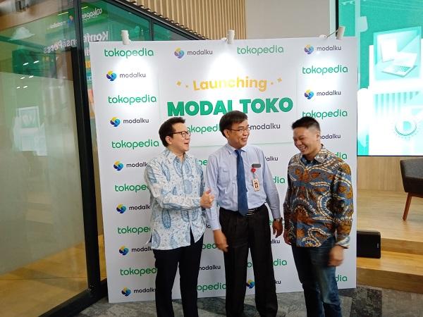 AVP Fintech Tokopedia Samuel Sentana, Co-Founder & CEO Modalku Reynold Wijaya, dan Direktur Pengaturan Perizinan dan Pengawasan Fintech Otoritas Jasa Keuangan (OJK) Hendrikus Passagi berfoto usai peresmian Modal Toko, layanan pendanaan berbasis digital bagi para penjual di platform Tokopedia. Peresmian tersebut berlangsung pada Senin (22/7/2019) di Jakarta. Bisnis.com - Wibi Pangestu Pratama