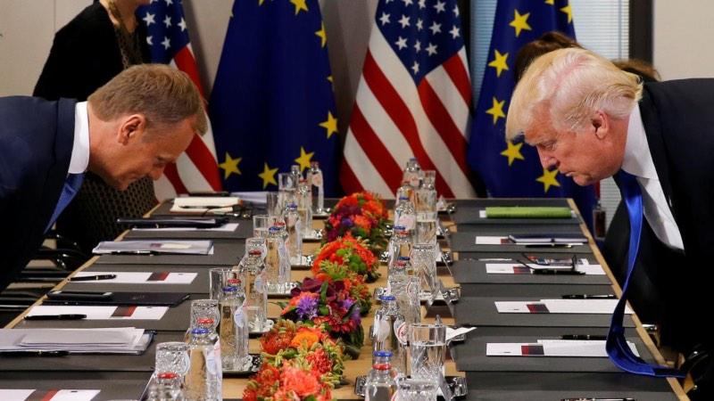 Presiden AS Donald Trump dan Presiden Dewan Eropa Donald Tusk bersiap duduk di kursi masing-masing sebelum memulai pertemuan di kantor pusat Uni Eropa (UE) di Brussels, Belgia, Kamis (25/5/2017). - Reuters/Jonathan Ernst