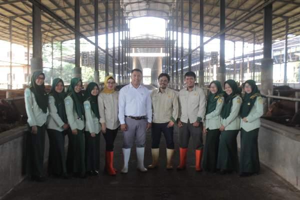 Tujuh mahasiswa peserta Praktik Kerja Lapangan (baris depan) berfoto bersama General Manager Feedlot PT Estika Tata Tiara Tbk (KIBIF) Gunawan (berdiri tengah). - Istimewa