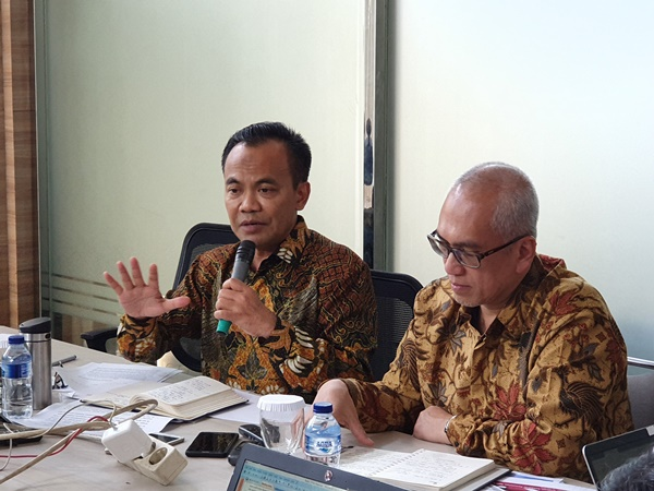 Sekretaris Kemenko Perekonomian Susiwijono (kiri) menjelaskan rencana pembahasan kebijakan jangka menengah Panjang industri penerbangan dan pariwisata, Senin (22/7/2019). BISNIS - Rio Sandy Pradana