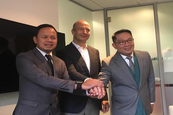 Gubernur Jawa Barat Ridwan Kamil membuat kesepakatan soal pembangunan pengolahan sampah plastik menjadi biodiesel dengan CEO Plastic Energy Carlos Monreal di London - Istimewa