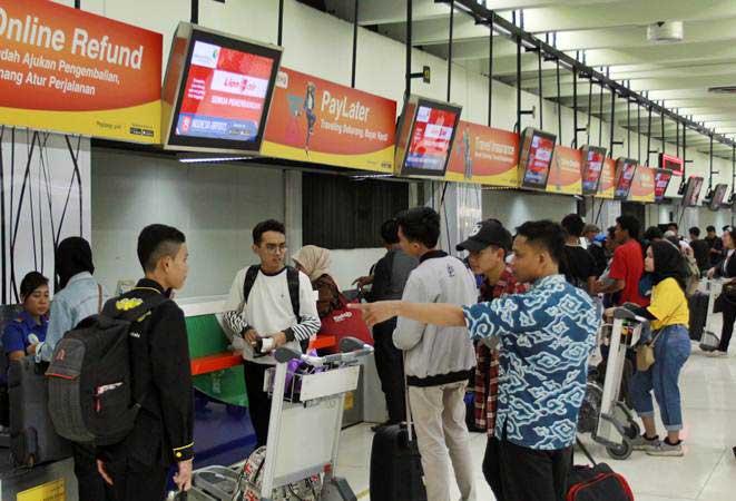Sejumlah penumpang pesawat melakukan lapor diri di konter chek in Terminal 1 B Bandara Soekarno Hatta, Tangerang, Banten, Minggu (26/5/2019). - ANTARA/Muhammad Iqbal