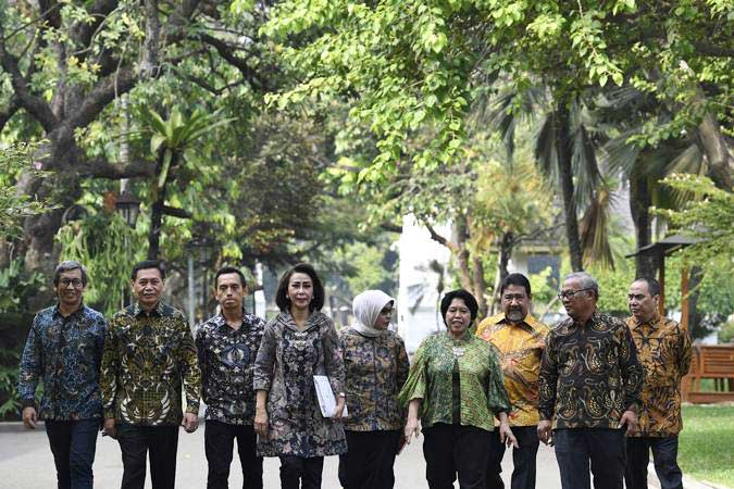 Ketua Pansel calon pimpinan KPK periode 2019-2023 Yenti Ganarsih (keempat kiri) bersama Wakil Ketua Indriyanto Seno Adji (kanan), anggota Marcus Priyo Gunarto (kedua kanan), Hendardi (ketiga kanan), Harkristuti Harkrisnowo (keempat kanan), Diani Sadia Wati (kelima kanan), Al Araf (ketiga kiri), Mualimin Abdi (kedua kiri) dan Hamdi Moeloek (kiri) usai bertemu Presiden Joko Widodo di Istana Kepresidenan, Jakarta, Senin (17/6/19). - ANTARA/Puspa Perwitasari