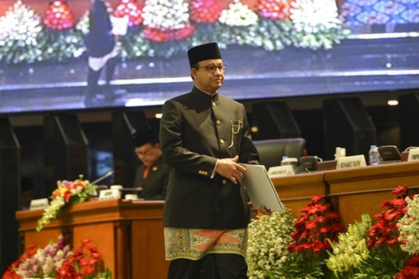 Gubernur DKI Jakarta Anies Baswedan berjalan menuju mimbar sebelum menyampaikan pidato dihadapan tamu undangan rapat Paripurna Istimewa di ruang Rapat Paripurna DPRD DKI Jakarta, Sabtu (22/6/2019).ANTARA FOTO - Nova Wahyudi