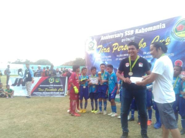 Direktur Bisnis dan Pengembangan PS Tira Persikabo Rhendie Arindra (kanan) saat menyerahkan dana pembinaan kepada Ricky Kurniawan, pelatih Imran Soccer Academy (ISA), yang menjuarai Tira Persikabo Cup Usia 11 Tahun. BISNIS / Hendra Wibawa