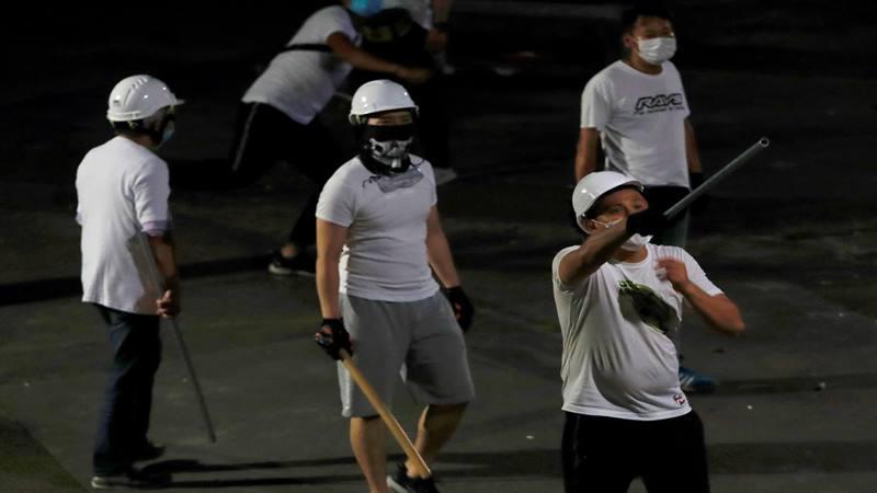 Laki-laki berkao putih dengan pentungan di di tangan terlihat di Yuen Long setelah menyerang demonstran RUU anti-ekstradisi di stasiun kereta api, di Hong Kong, China 22 Juli 2019. - Reuters