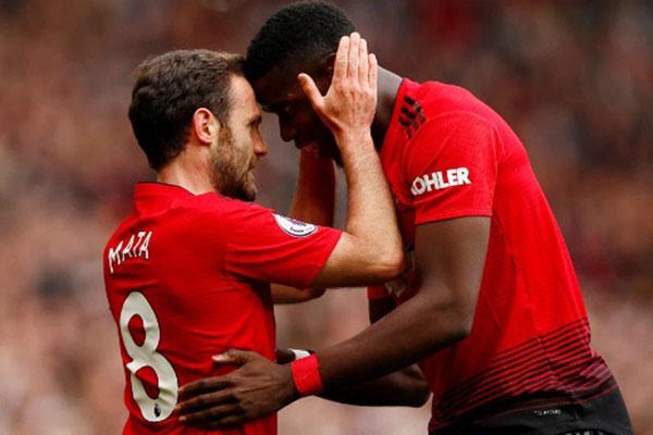 Juan Mata (kiri) dan Paul Pogba. - Reuters
